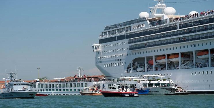 Italy: Cruise Ship Crashes into Tourist Boat Left 5 Injured